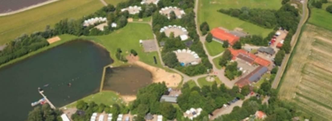 Luftaufnahme eines Feriendorfes am Deich